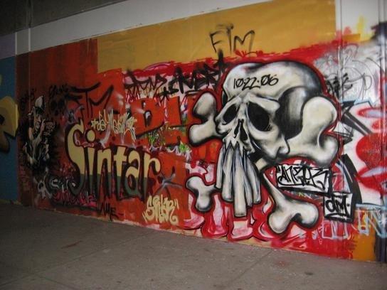 graffiti skull mural