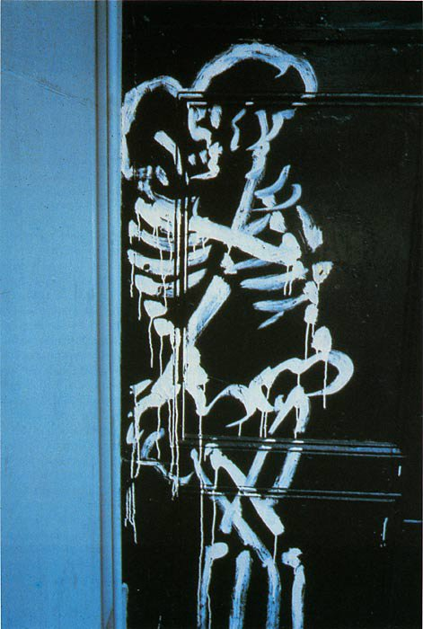 kissing skeletons graffiti