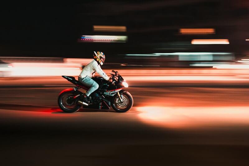 Cómo poner correctamente una calcomanía de calavera en su casco de motocicleta 1